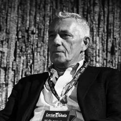 """Attilio Bolzoni Giornalista de La Repubblica, da più di trent'anni racconta la Sicilia e la mafia. Oltre a numerosi libri, è sua la sceneggiatura delle fiction tv """"Paolo Borsellino"""" e """"Il Capo dei capi"""". Nel 2009 ha ricevuto il Premio """"É giornalismo"""" con la seguente motivazione """"da più di trent'anni racconta la Sicilia e la mafia"""". Nel 2012 ha scritto """"Uomini Soli"""". Insieme a Massimo Cappello, è autore del docufilm """"Silencio""""."""